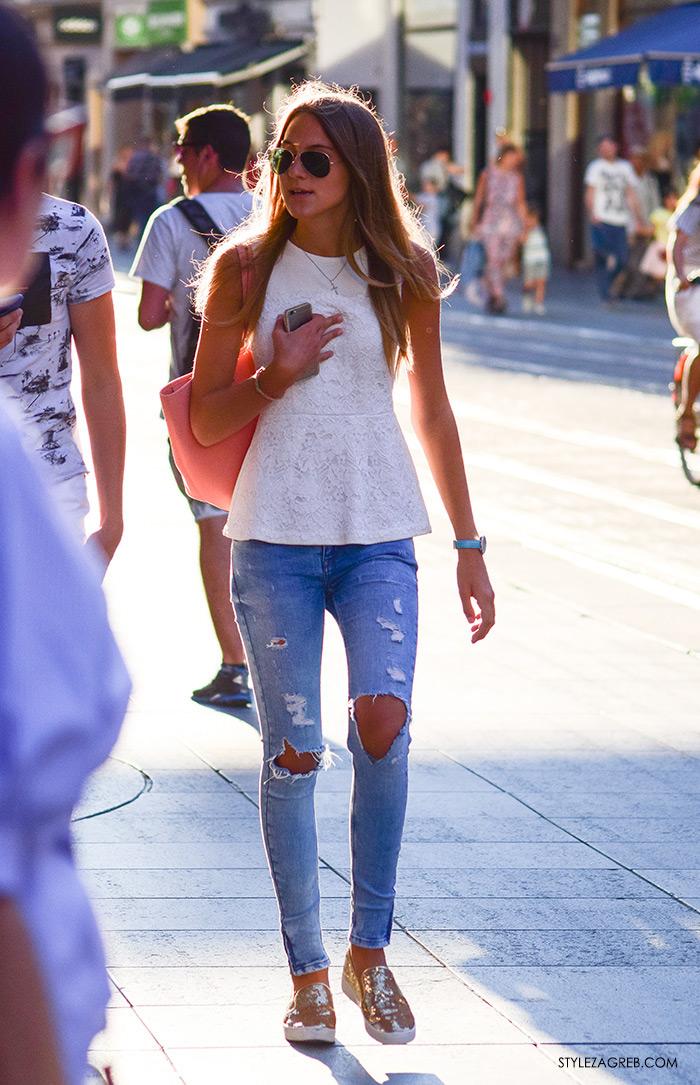 Moda: traperice i bijeli top Zagreb street style, zgodne cure, peplum bijeli top volani, poderane traperice, zlatne šljokičaste tenisice