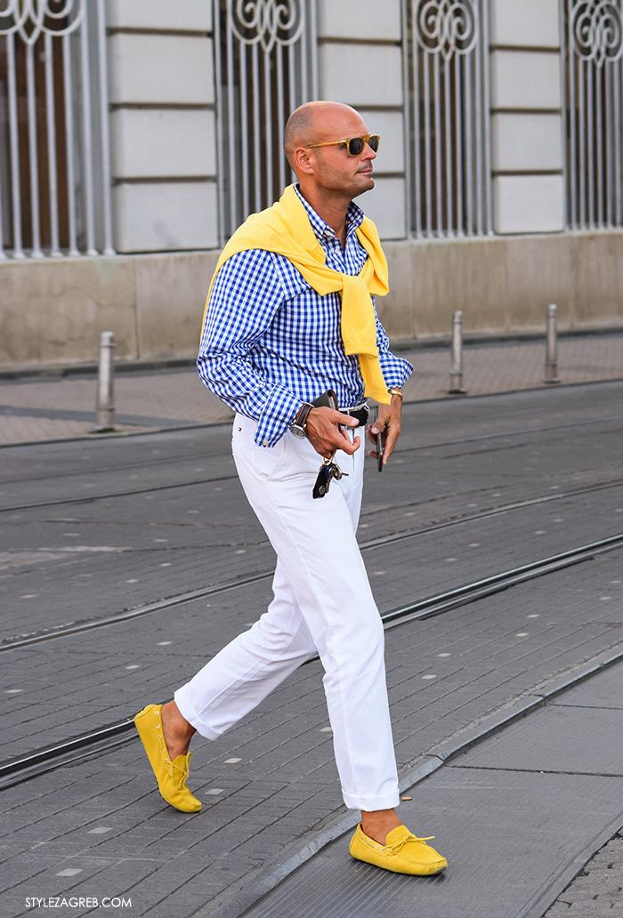 Muška moda kombinacija bijele hlače, žute mokasinke, kockasta plava košulja, žuta vesta svezana, Zagreb street style jesen 2016 rujan