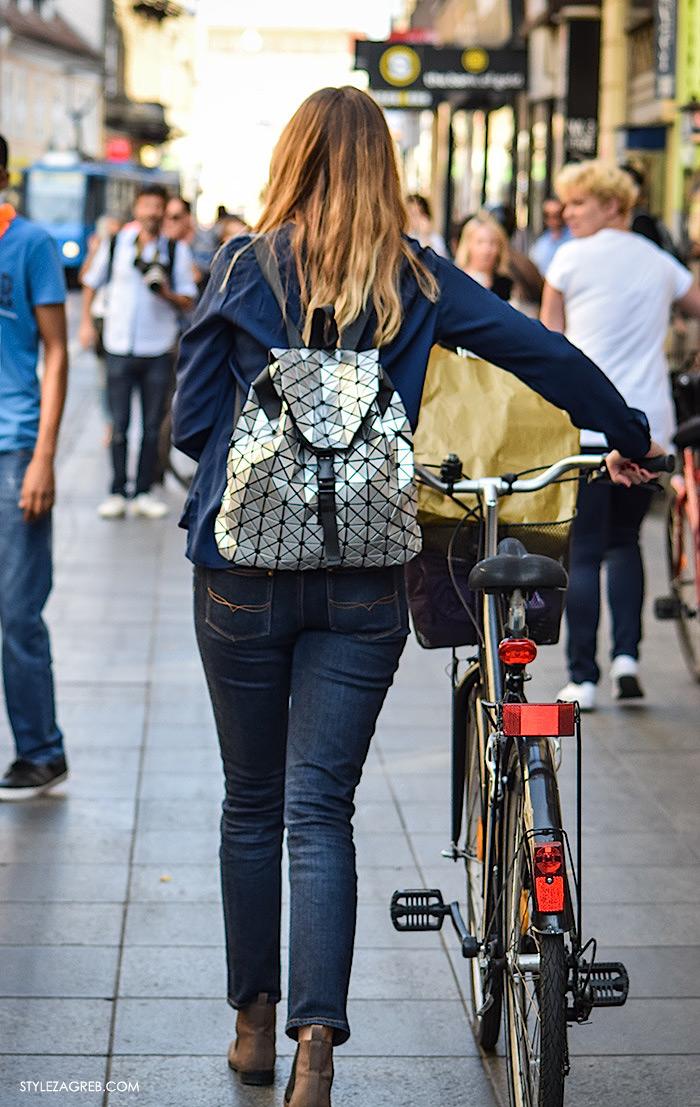gdje kupiti metalik plisirane suknje srebrne šljokičaste cipele zlatne tenisice moda 2016 jesen street style zagreb srebrne ruksak žena na biciklu sunčano vrijem u Zagrebu listopad ulična moda
