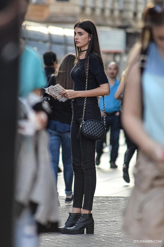 Moda zima 2016. kako nositi choker, lijepa djevojka Trg bana Jelačića, street style Zagreb crne uske traperice, crna pripijena majica i crni choker