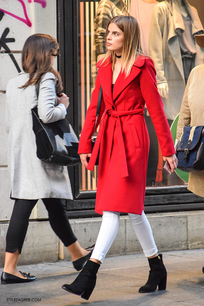 Model Anamarija Crnoja kombinacij crveni kaput, crni choker, bijele traperice, kaputi moda zima 2016 Street Style Zagreb, jednostavni jesenski styling