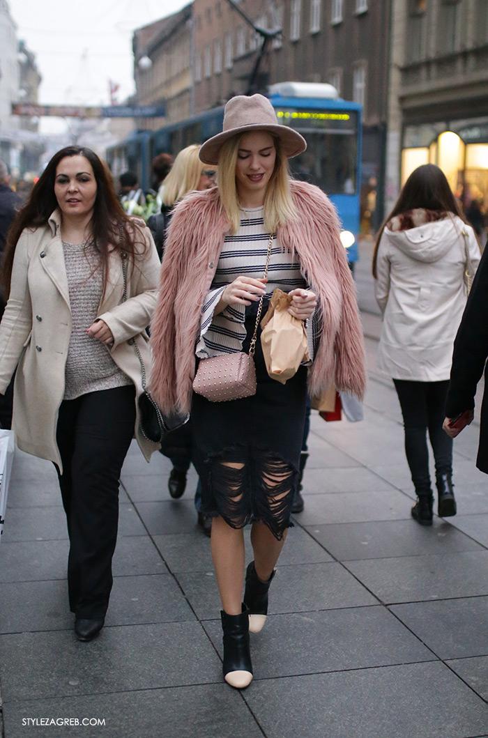 Style Zagreb Advent u Zagrebu špica ulična moda Antonella Bačić Instagram street style subota kombinacija roza bundica od umjetnog krzna, prugasta majica zvonolikih rukava, šešir i poderana crna traper suknja, crne kožne gležnjače u stilu Chanel