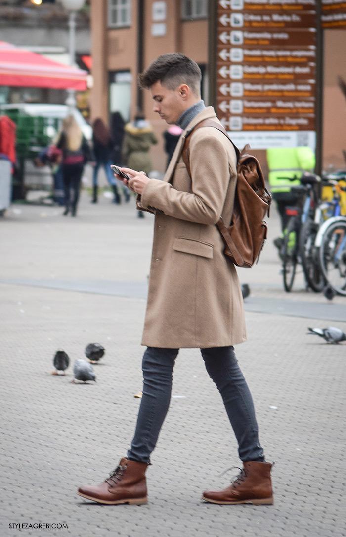 Street Style Zagreb muška ulična moda jesen zima kombinacija bež kaput boje devine dlake, visoke gležnjače na vezanje boje konjaka, ruksak, sive hlače