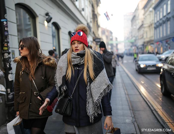 Advent u Zagrebu, crvena pletena kapa s krznenim pomponom i dugi šal, Kakve se pletene kape s coflekom i krznenim pomponima sada nose u Zagrebu, How to wear a beanie with fur pom pom long scarf women's fashion winter fashion style outfit ideas street style fashion