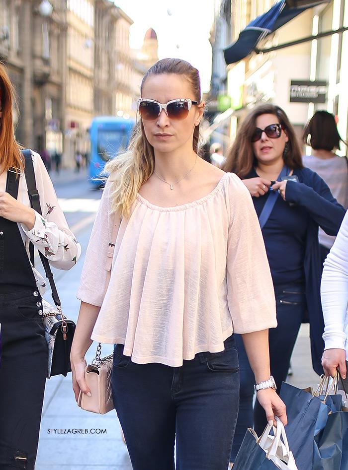Street style Zagreb kako nositi roza boja stajling kombinacija roza bluza dnevni outfit tamne traperice