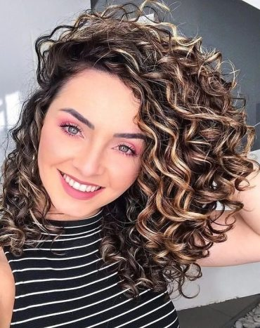 Trendy 2021 Shoulder Length Curly Hair for Young Girls