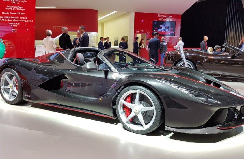 Ferrari laFerrari Aperta: un'opera d'arte dentro e fuori