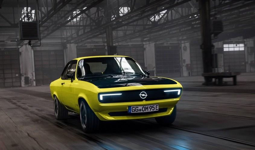 Opel Manta elettrica in strada