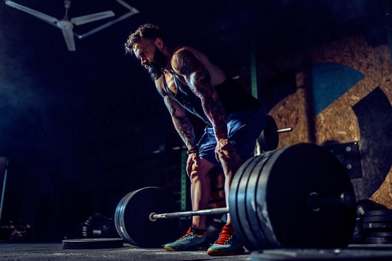 Man som tränar marklyft tungt