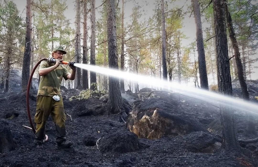 STYRKEBRØNN: Heimevernet ble kalt ut for å overta for utslitte brannfolk under sommerens skogbranner. Regjeringen kutter i samfunnets styrkebrønn. (Foto: Lindesnes Avis)