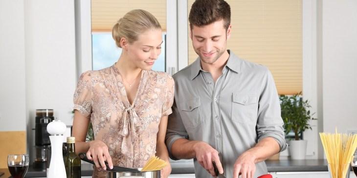 Esposa e marido compartilhando tarefas de casa.