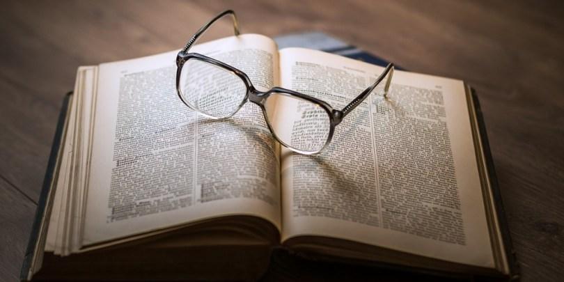 Um livro e um óculos para lembrar que o pote 3 do gerenciamento do dinheiro é para a educação.