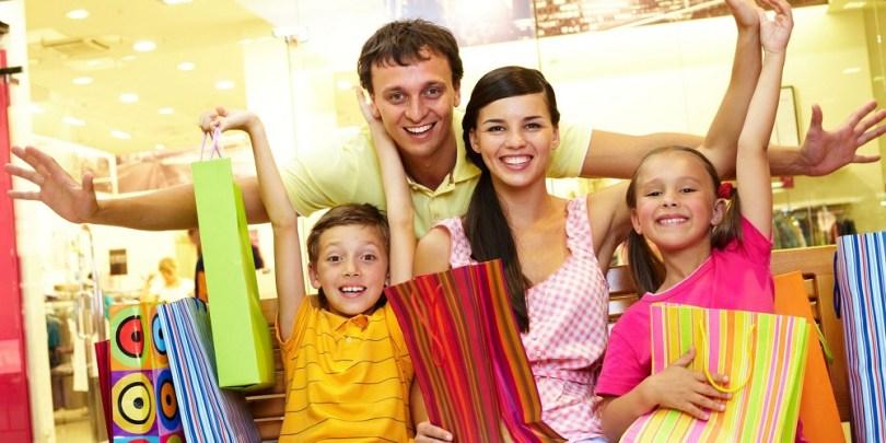 Família fazendo compras para ilustrar o pote 4 do gerenciamento do dinheiro que é da diversão.