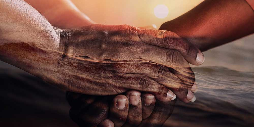 Mãos que demonstram o poder da gratidão.