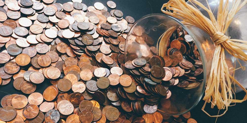 Pote de dinheiro caído na mesa.