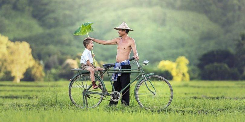 Filho olhando para o pai, tendo ele como referência.