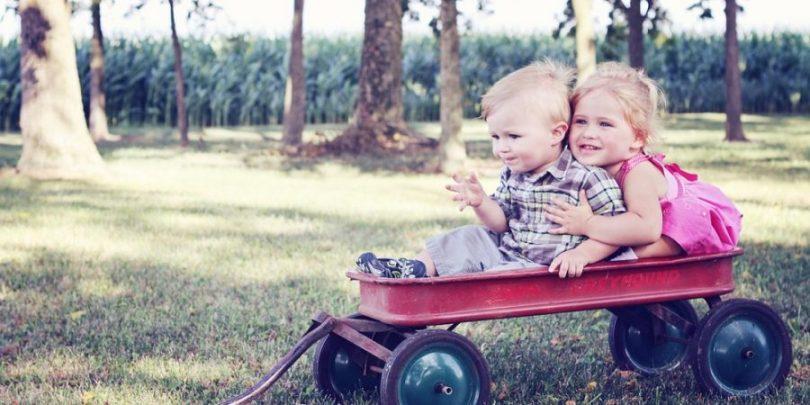Crianças trocando carinho, sentimento que é passado aos convidados de uma festa infantil quando as coisas são feitas em casa.