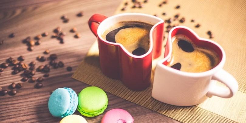 Duas xícaras em forma de coração, indicando a união entre pessoas, qualidade que deve ser transferida também pra vida financeira do casal.