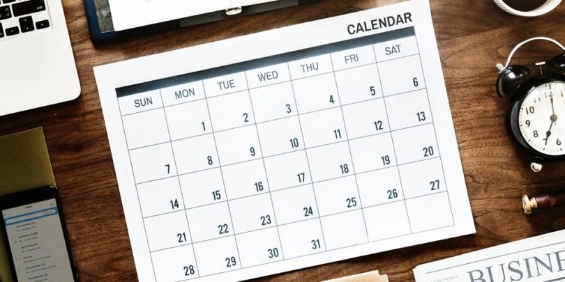 Calendário, indicando a necessidade do casal definir um dia e um horário pra acompanharem seu dinheiro.