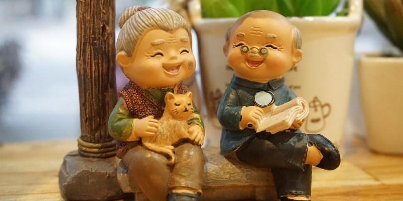 Idosos felizes indicando que tiveram um casamento feliz.