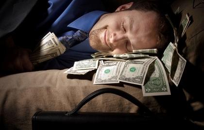 Vender um produto digital pode ser um bom caminho pra quem procura o que fazer para ganhar dinheiro dormindo.