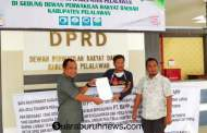 Warga Datangi DPRD Pelalawan Bawa Spanduk Berjalan Kaki