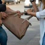 Violento ataque de un ladrón en moto a una mujer en Bilbao para robarle su celular