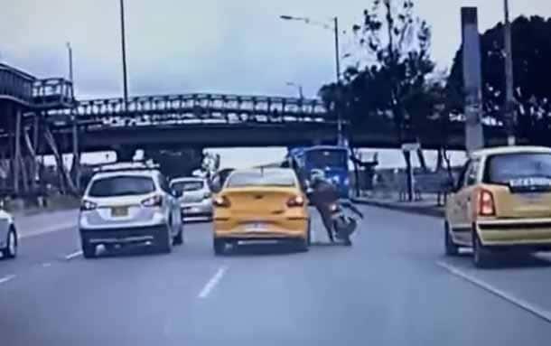 Secretaría de Movilidad abrió investigación a taxista que arrolló a motociclista en Bogotá
