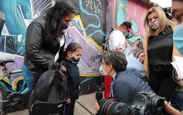 Claudia López acompaña el regreso a las aulas en colegios oficiales