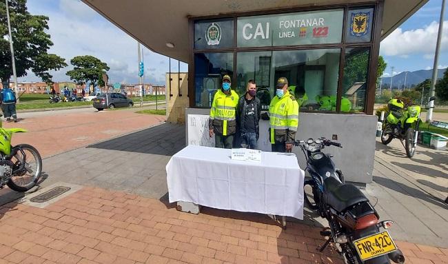 Ladrón en moto roban celular a señora entre los barrios Bilbao-Urbanización Cafam