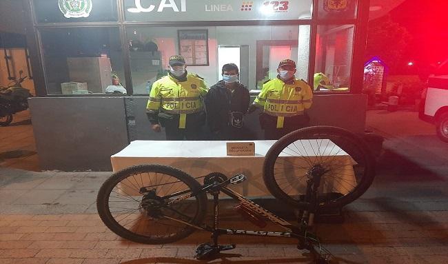 Uniformados del cuadrante 53 y 54 del CAI Fontanar recuperan el robo de una bicicleta en San Carlos de Tibabuyes