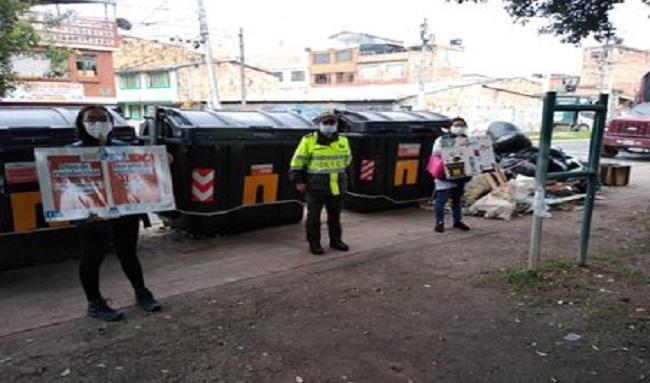 Guardianes ambientales realizan campaña sobre el uso correcto de contenedores en el barrio el Poa en Suba