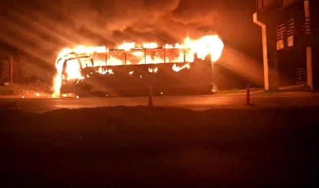 Después de robar a los pasajeros, delincuente queman un bus en vía que conduce de Zipaquirá a Cogua