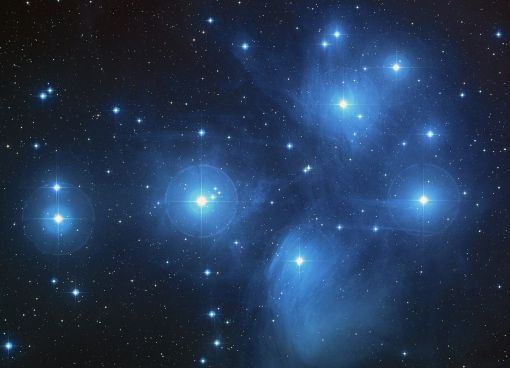« Pleiades » par NASA, ESA, AURA/Caltech, Palomar ObservatoryThe science team consists of: D. Soderblom and E. Nelan (STScI), F. Benedict and B. Arthur (U. Texas), and B. Jones (Lick Obs.) — http://hubblesite.org/newscenter/archive/releases/2004/20/image/a/. Sous licence Domaine public via Wikimedia Commons.