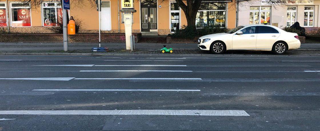 Benzin im Wischwasser - Grünes Bobby Car am Taxistand