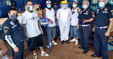 Pandilleros entregando una donación de mascarillas a los bomberos municipales
