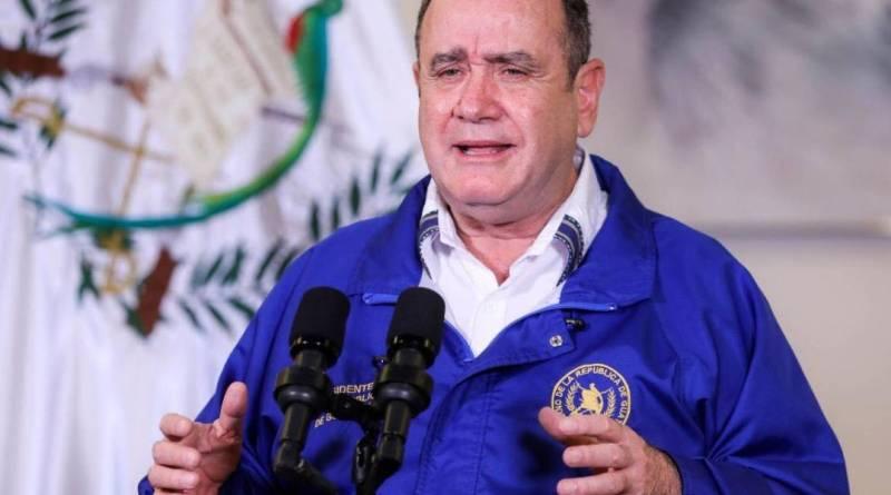 Alejandro Giammattei presidente de Guatemala en una conferencia de prensa con una chumpa azul