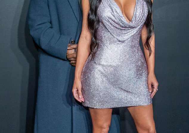 Kim Kardashian con sexy vestido plateado, junto a su esposo