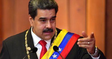 Nicolás Maduro con la banda presidencial dando un discurso.