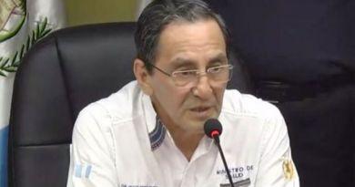 hugo monroy vestido con camisa blanca da una conferencia para informar los contagios con covid-19 en Guatemala