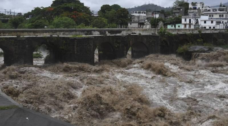Río crecido por el paso de la Tormenta Amanda