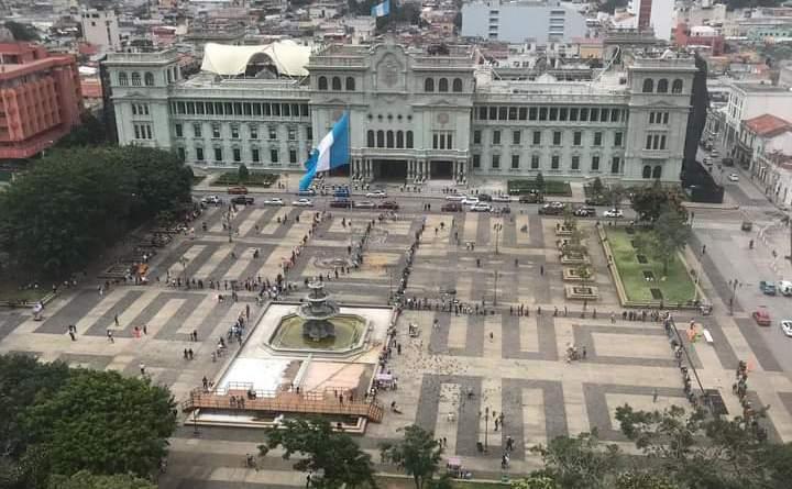 raquítica manifestación de izquierdistas en el parque central de Guatemala, no llegaron ni 100 personas