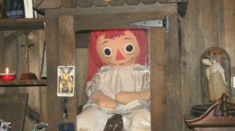 Annabelle Muñeca Ragidi Ann poseída por el diablo, responsable de varias muertes, en la estanteria especial en el museo de los Warren.