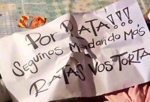 pancarta con mensaje que dejar+on sanguinarios pandilleros en el cadáver de un brutal asesinato