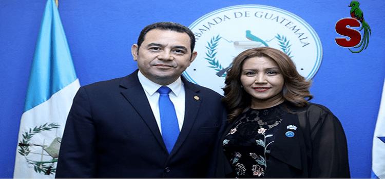 El presidente de Guatemala Jimmy Morales junto a su esposa Patricia Marroquin de MOrales a la par del pabellón nacional