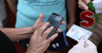 Una persona con su celular recibiendo la notificación del bono familia