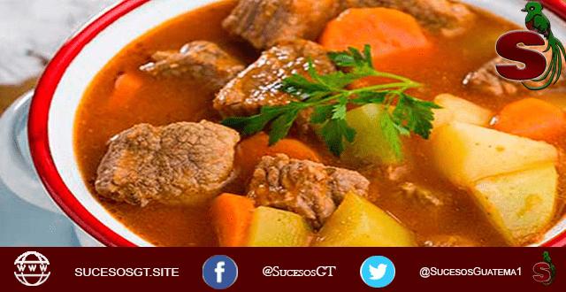 receta de carne guisada al estilo chapín, lleva papa y zanahorias