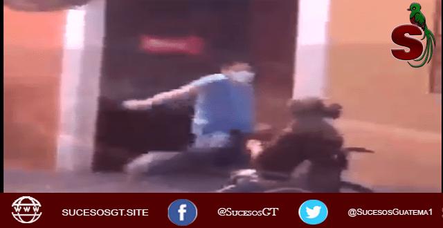 psicópata sádico golpea a un joven invalido