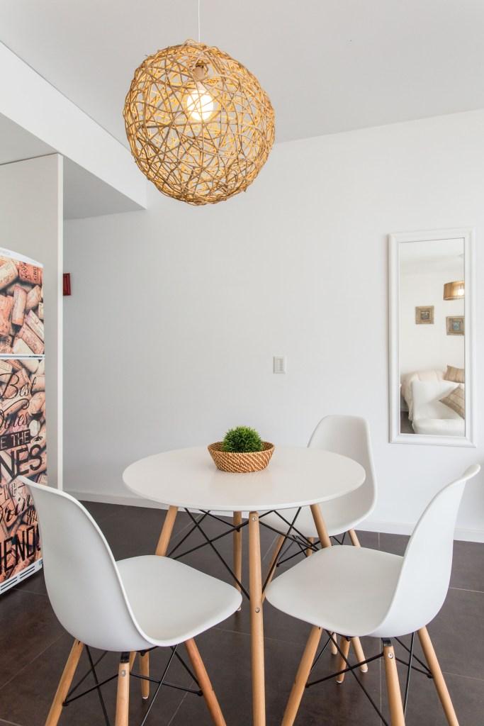Apartemento amoblado con balcon superior comedor sillas