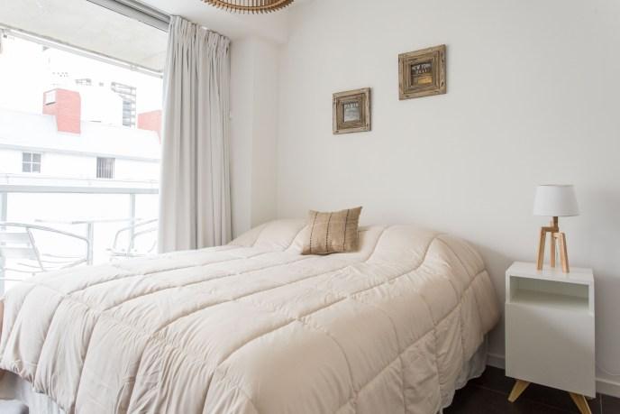 Apartemento amoblado con balcon superior cama